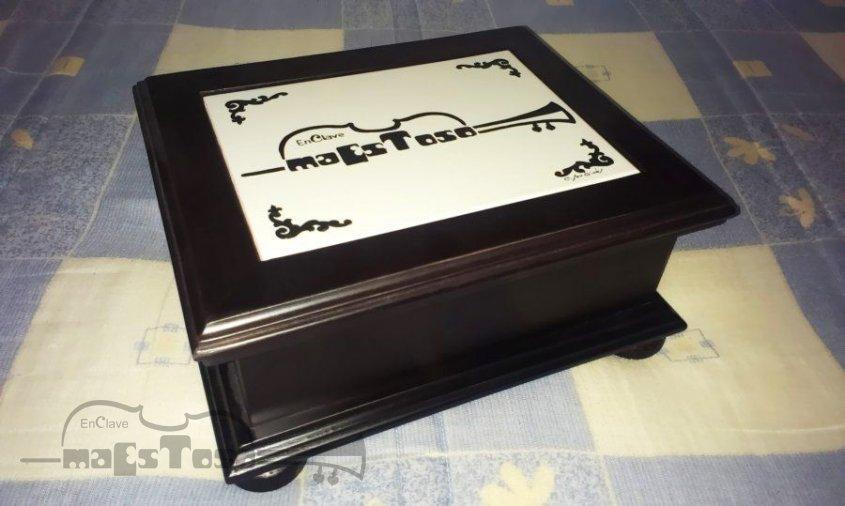 Detalle Caja de Madera y Cerámica Personalizado por Grecomobel y Cerámica San Ginés